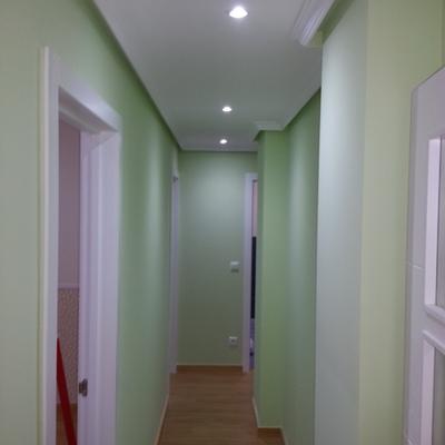 Enlucido de paredes de pasillo y pintura