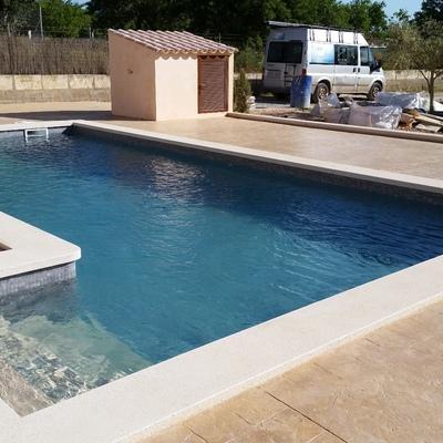 piscina con escalera lateral