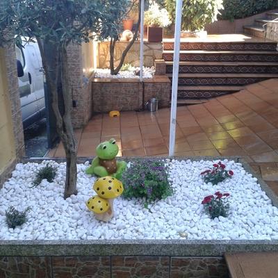 Jardinera con piedra Blamca