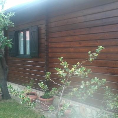 Restauracion y pintura en cabaña de madera.
