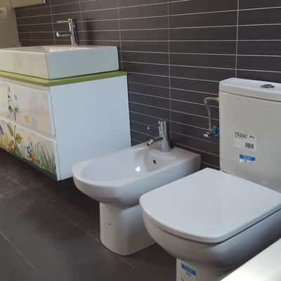 Montaje de aparatos sanitarios y mueble serigrafiado en baño recién reformado