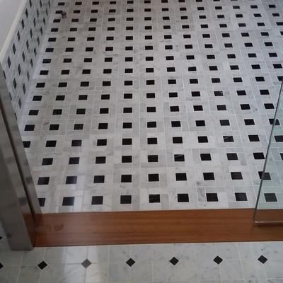 Alicatado y solado en baño con puerta corredera de cristal