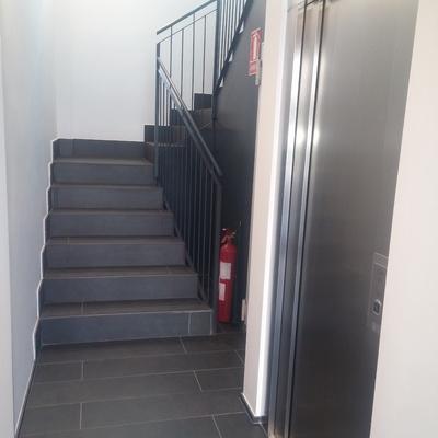 escaleras y entrada ascensor