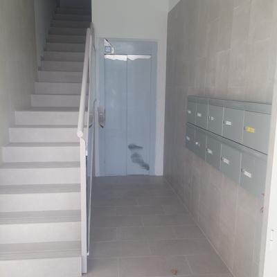 rellano portal 3 , escaleras , entrada ascensor y buzones