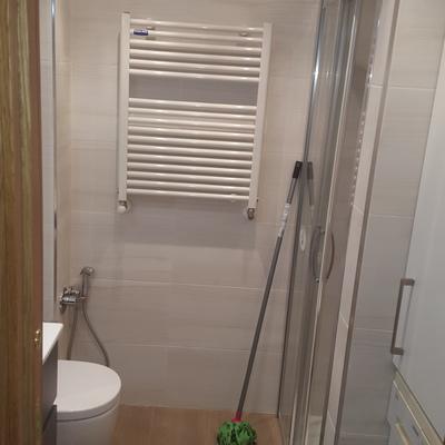 Reforma de baño con grifo función bidet empotrado para inodoro