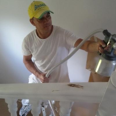 Pintando  pasamano  escalera
