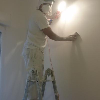 Lijando la pared para pintar