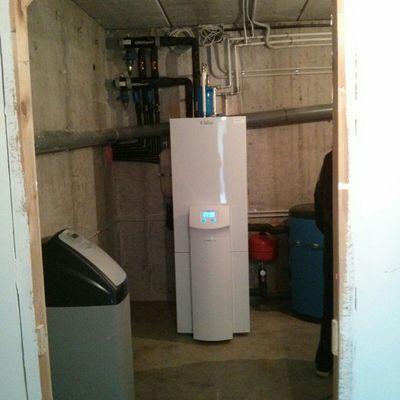 Instalación bomba de calor geotérmica para agua caliente, calefacción y climatización
