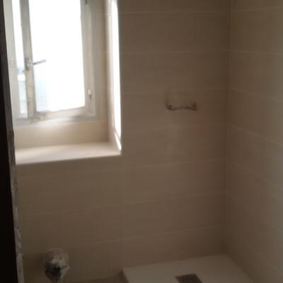 Pared y ventana de baño