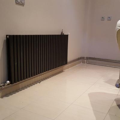 instalación de radiadores con tubería vista