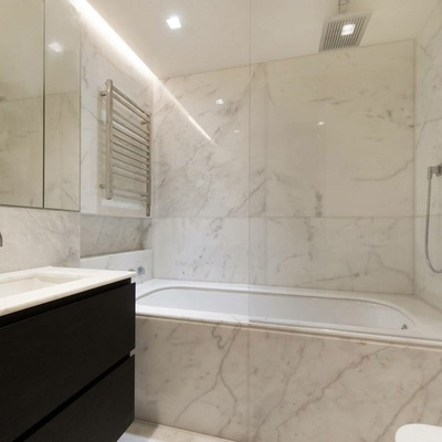 Baño en mármol blanco