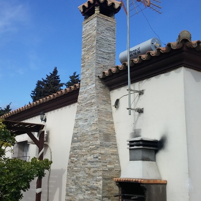 CHIMENEA CON PLAQUETAS DE PIEDRAS