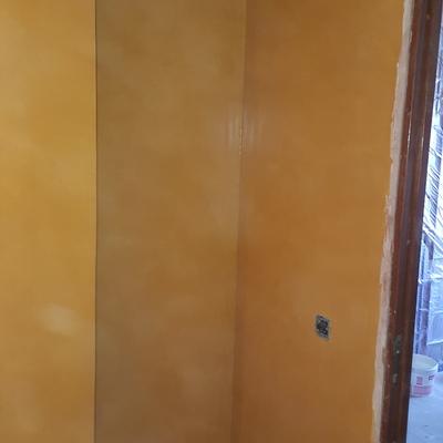Baño microcemento color ocre