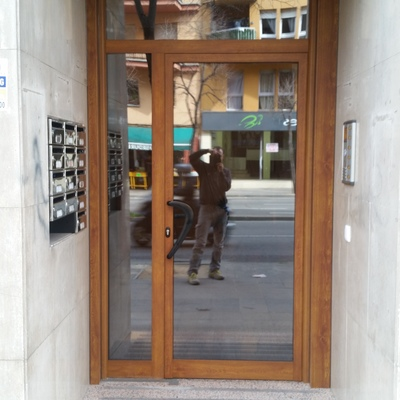 Puerta comunidad Aluminio Color madera