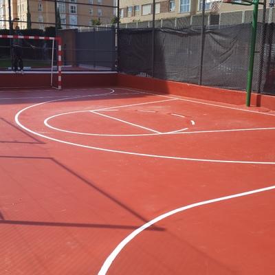 Cancha de fútbol sala y baloncesto ya pintada en comunidad de vecinos.