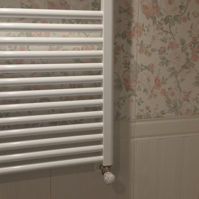 Radiador en cuarto de baño