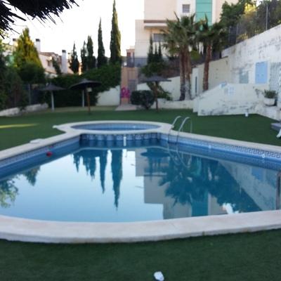 piscina en forma de gota con parte para niños