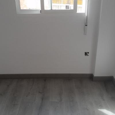 Alisado de paredes ,pintura y colocación te suelo laminado.