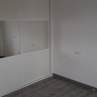 Alisado de paredes ,pintura y colocación te suelo laminado y armario empotrado.