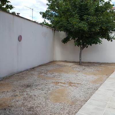 Terreno de 150m2 antes de la instalación de cesped en comunidad de vecinos. Morata de Tajuña