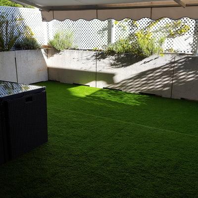 Terraza en Pozuelo de 25m2 con cesped artificial modelo Diamante