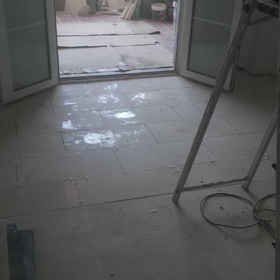 Continuación de suelo en marmol.