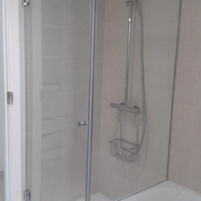 Mampara de baño angular