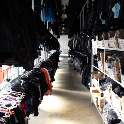 Pasillo de venta de ropa de moto