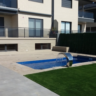 Césped artificial junto con piscina