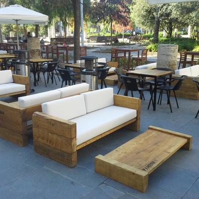Conjunto de sofás y mesas