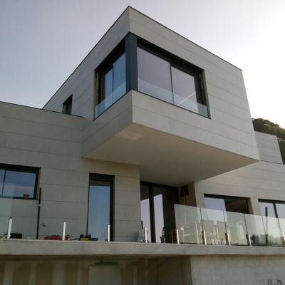 Ventanas de Aluminio en Vivienda Unifamiliar