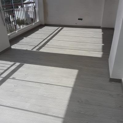 Suelo laminado en terraza acristalada
