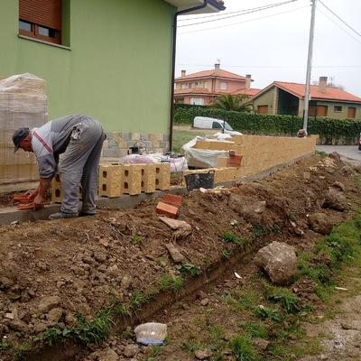 CONSTRUCCIÓN DE MURO CON LADRILLO DE BLOQUE DE HORMIGÓN.
