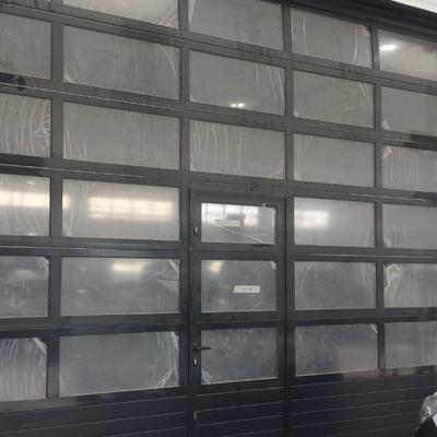 Puerta Seccional industrial negra con cristales