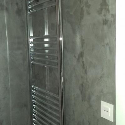 cuarto de baño con un radiador toallero