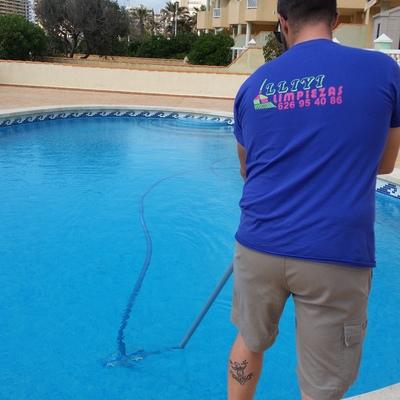 limpiando  piscinas