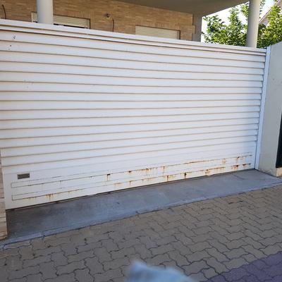 aplicacion de pintura en puerta garaje