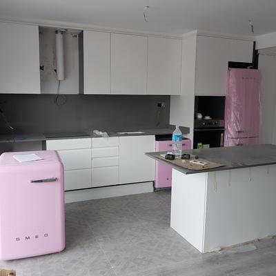 Cocina comedor con electrodomésticos rosas
