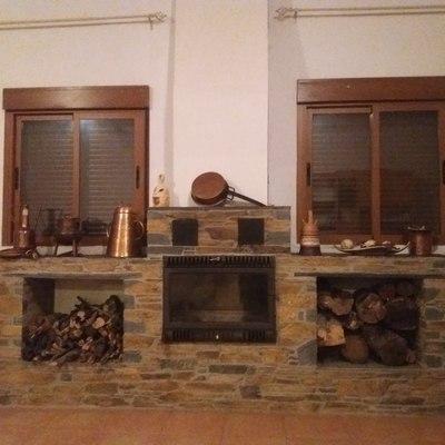 Chimenea casete con acabado en piedra natural