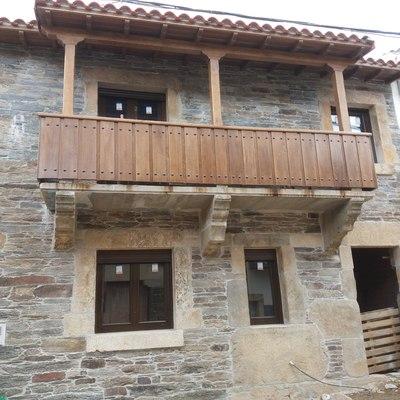 Piedra natural y balcon de madera