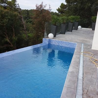 Recien acabados piscina y la terasa de hormigon impreso