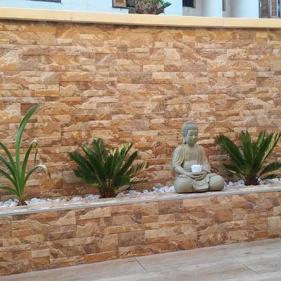 Terraza exterior con jardinera