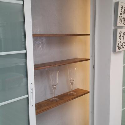 estanteria y microcemento
