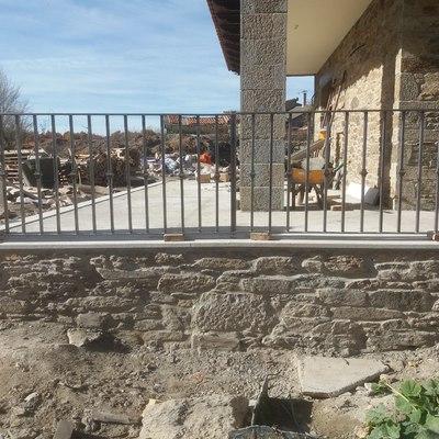 Piedra natural y vallado de hierro