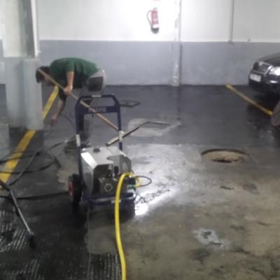 Limpiando garaje con hidrolimpiadora