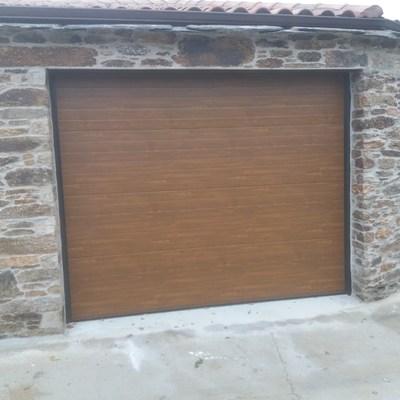 Pared de piedra y puerta imitacion madera