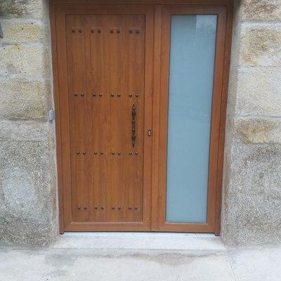 Pared de piedra y puerta de madera