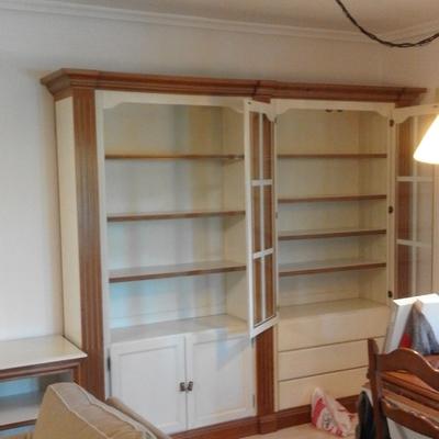 Libreria de salon pintada