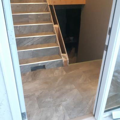 Diseño y colocación de escaleras y entrada principal vivienda de dos plantas.