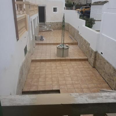 Embaldosado de terrazas y colocación de piedra de forro